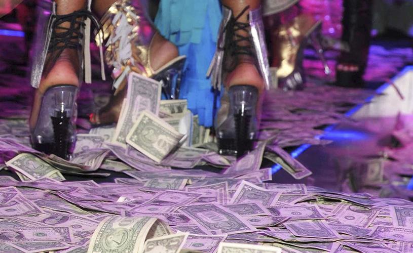 Vince Neil abre stripclub!