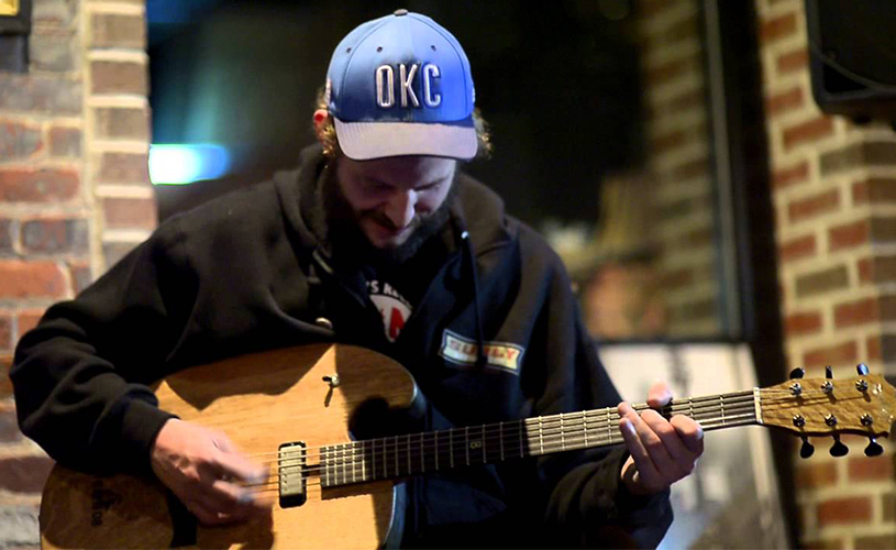Justin Vernon [Bon Iver] cria guitarra a partir de barril de Whiskey