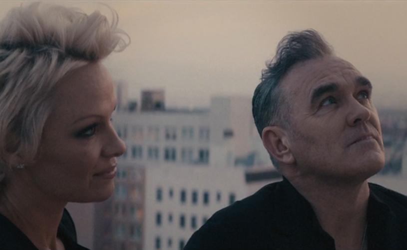 Pamela Anderson dá uma perninha no novo trabalho de Morrissey