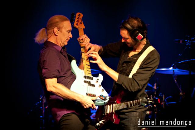 """O Daniel """"Tripeiro Mais Fixe"""" Mendonça foi capaz de descobrir o Paul Gilbert a tocar piano no baixo de Billy Sheehan."""