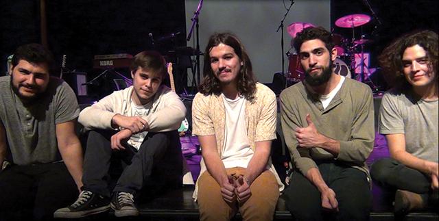Os Capitão Fausto são compostos por [esq. para dir.]: Manuel Palha (guitarra), Domingos Coimbra (baixo), Salvador Seabra (bateria), Francisco Ferreira (órgão) e Tomás Wallenstein (voz e guitarra).