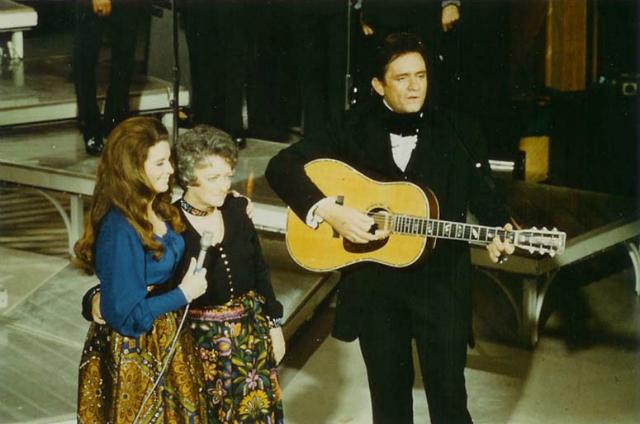 Johnny Cash acompanhado por June Carter Cash e Maybelle Carter na TV. A guitarra é a D-35S.