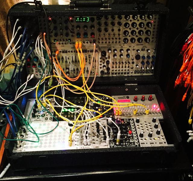 """A foto (por Phil Harvey) de um synth modular numa das sessões de estúdio de """"Head Full of Dreams""""."""