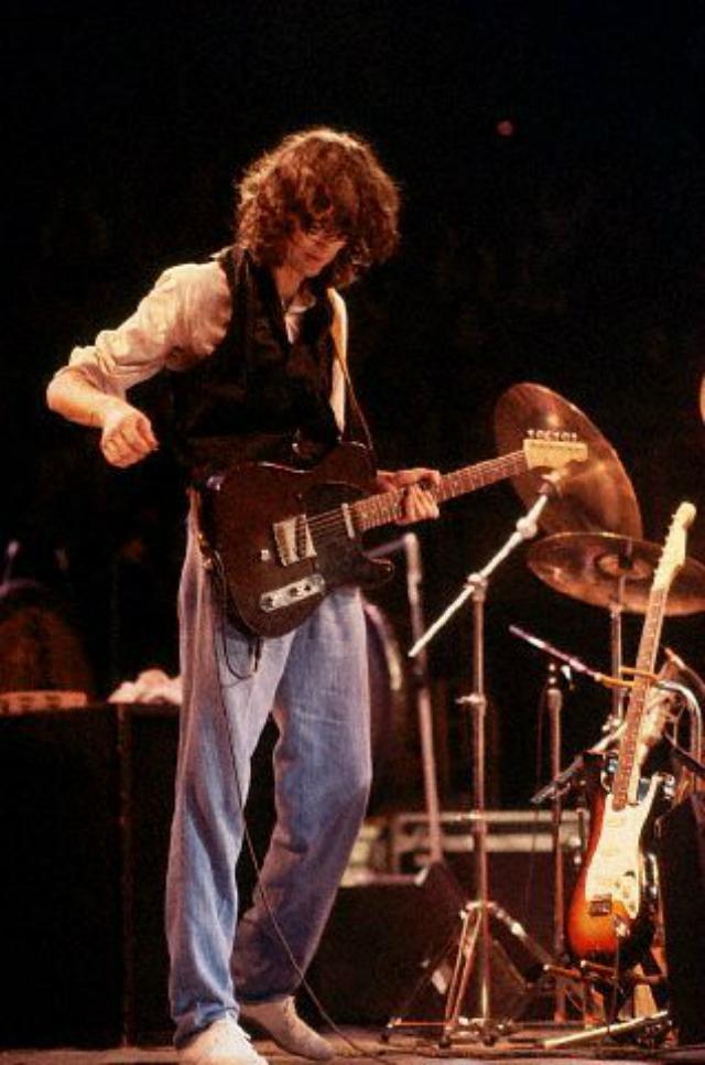 Em 1975, depois de comprar a guitarra, Jimmy Page pediu a Gene Parsons que lhe instalasse o mecanismo na sua Tele '53.