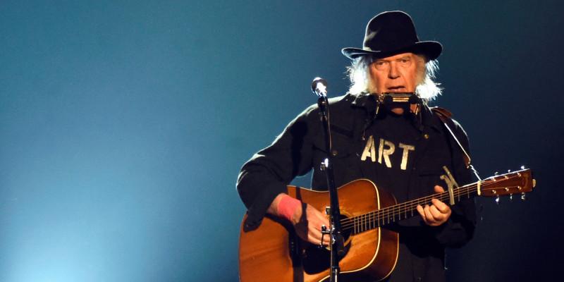 Neil Young anuncia álbum duplo e filme-concerto para início de 2021