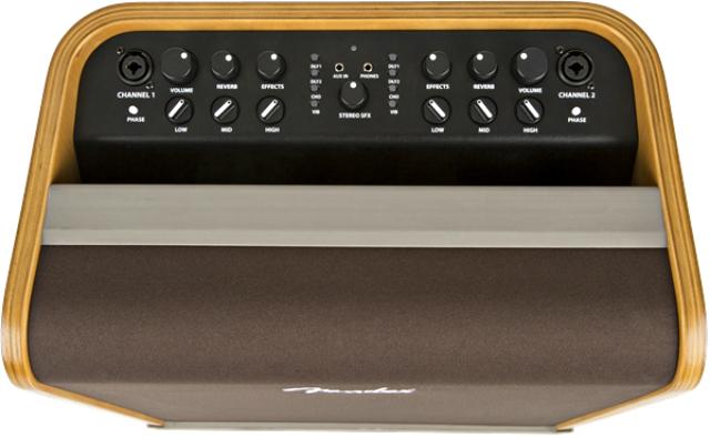 """O painel do Fender Acoustic Pro, o modelo """"mais largo"""" (em cima), e do Acoustic SFX, o modelo """"mais alto"""" (em baixo)."""