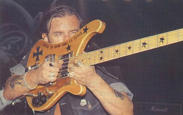 Nos anos 80, os Rickenbacker de Lemmy passaram a ter a escala modificada.