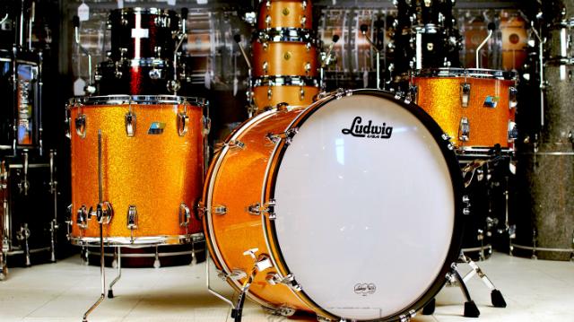 Ludwig Classic Maple. Thompson usa um kit de três peças no acabamento Gold Sparkle.