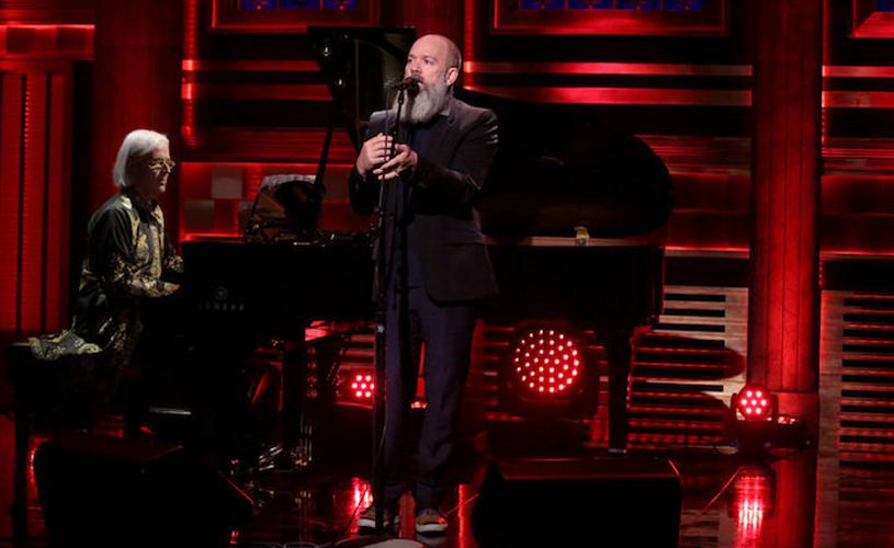 Michael Stipe estreia-se a solo com versão de Bowie