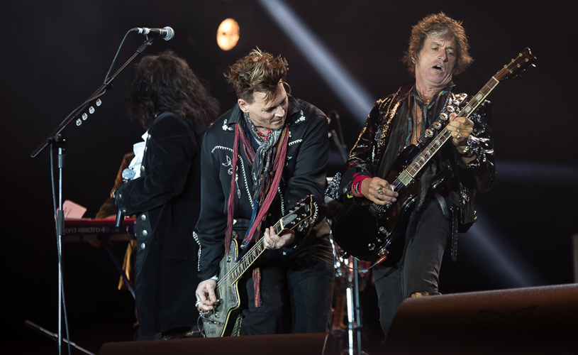 Joe Perry desmaia em concerto de Hollywood Vampires