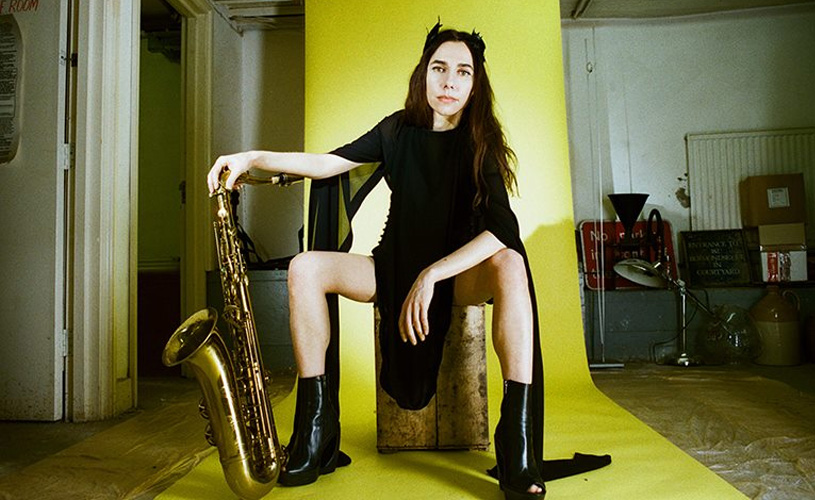 "PJ Harvey divulga nova música, ""Guilty"""