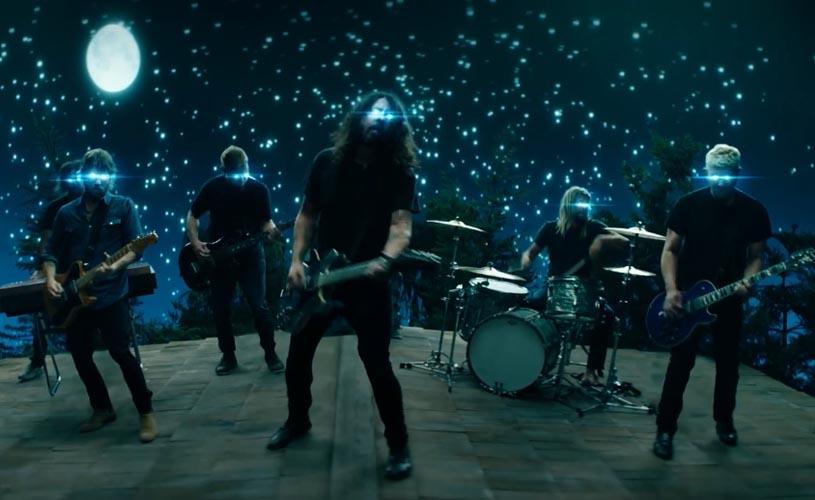 """Foo Fighters tocam com as estrelas em """"The Sky Is A Neighborhood"""""""