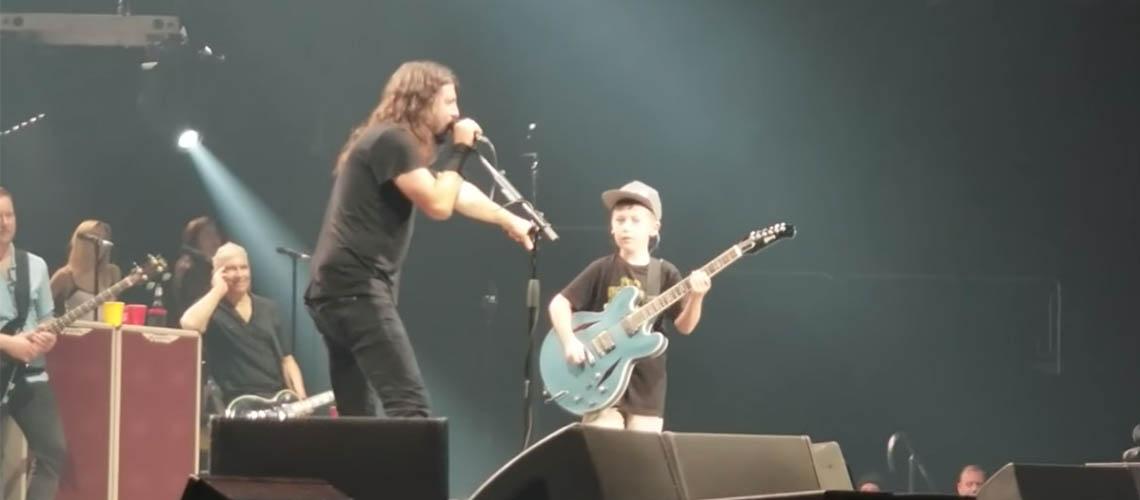 """Foo Fighters tocam """"Enter Sandman"""" dos Metallica com fã de 10 anos"""