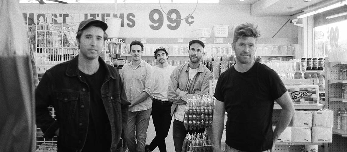 "Rolling Blackouts Coastal Fever partilham nova música, ""In the Capital"""