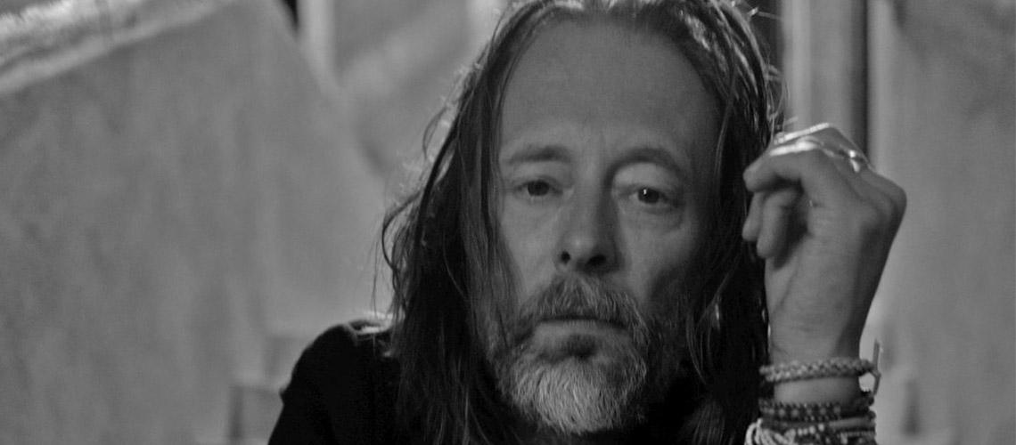 """Thom Yorke estreia duas novas músicas: """"Don't Fear the Light"""" e """"Gawpers"""""""