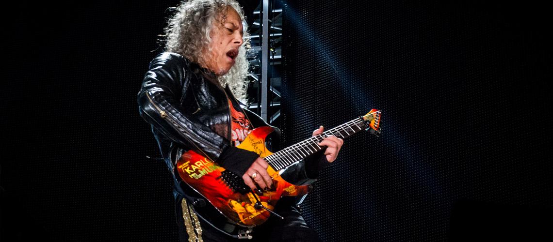 Kirk Hammett dos Metallica escorrega no wah wah e cai em palco