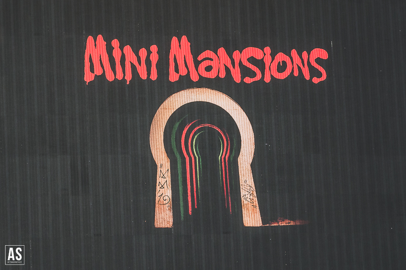 "Ouve o novo álbum de Mini Mansions, ""Guy Walks Into A Bar"""