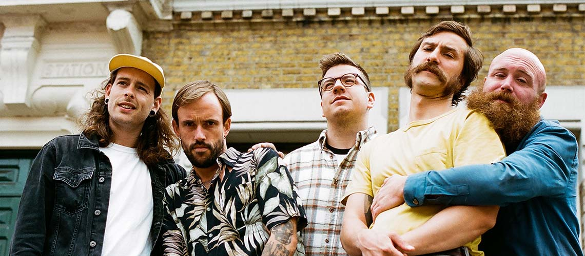 "IDLES lançam vídeo para o tema ""Kill Them With Kindness"""
