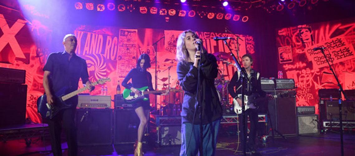 Dave Grohl toca músicas dos Nirvana com a filha em concerto solidário