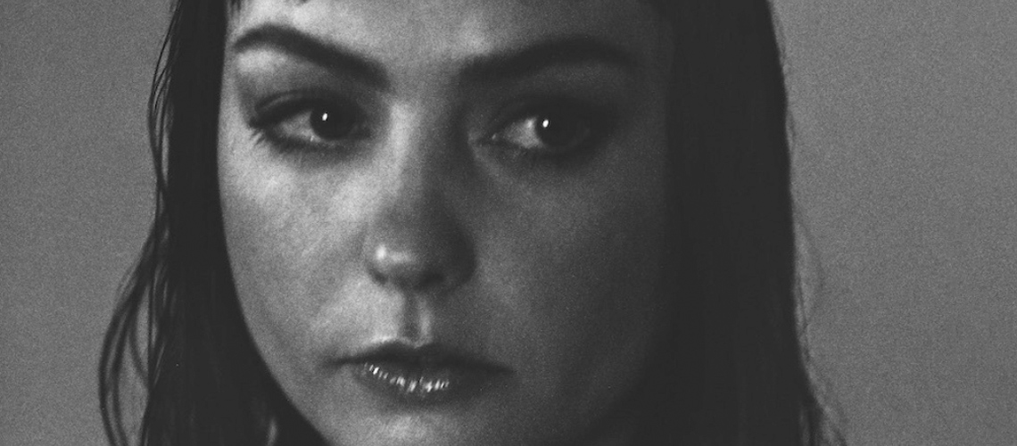 "Angel Olsen anuncia novo álbum com faixa-título ""Whole New Mess"""