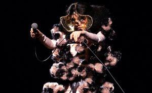 Livestream: Björk com orquestra em dose tripla e solidária