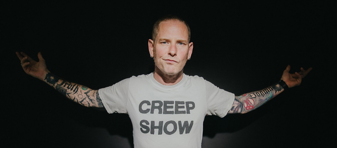 "Ouve ""CMFT Must Be Stopped"" e ""Black Eyes Blue"" as novas músicas a solo de Corey Taylor"