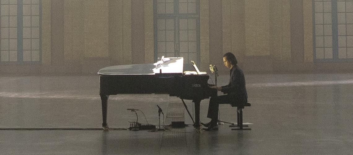 """""""Idiot Prayer"""": Nick Cave sozinho ao piano num ecrã perto de ti"""