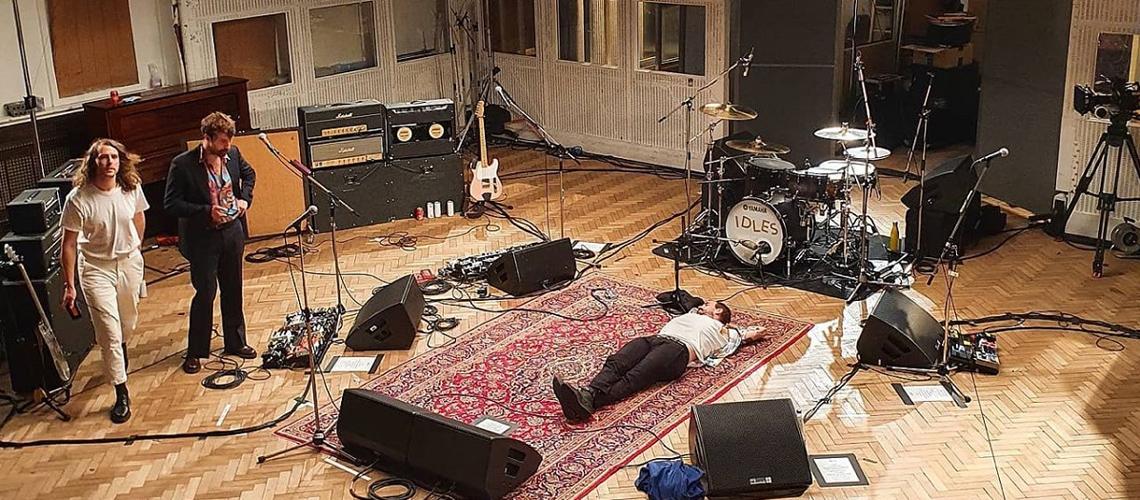 IDLES ao vivo em Abbey Road: mais temas inéditos e uma versão furiosa de canção dos Strokes