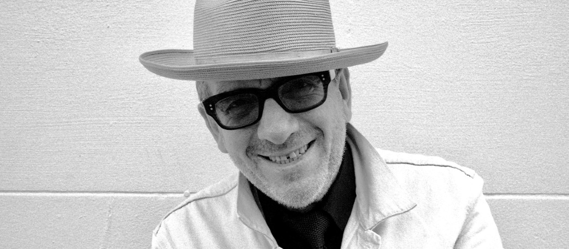"Elvis Costello Arrisca o Francês em ""La Face de Pendule à Coucou"" [Streaming]"