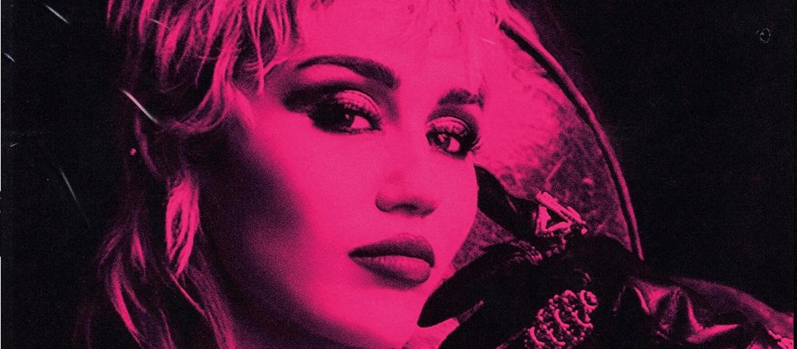 """Miley Cyrus: Já está disponível para audição """"Plastic Hearts"""" que conta com participações de Billy Idol ou Joan Jett"""