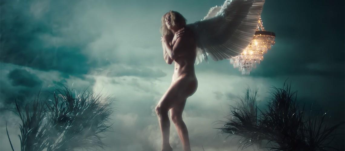 """Jennifer Lopez: Sereia, Anjo Caído e Boneco de Neve no Vídeo """"In The Morning"""""""
