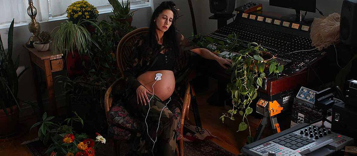 Elizabeth Hart Lança Álbum Com Sons Gravados do Seu Útero Através de Dispositivo Biosónico MIDI
