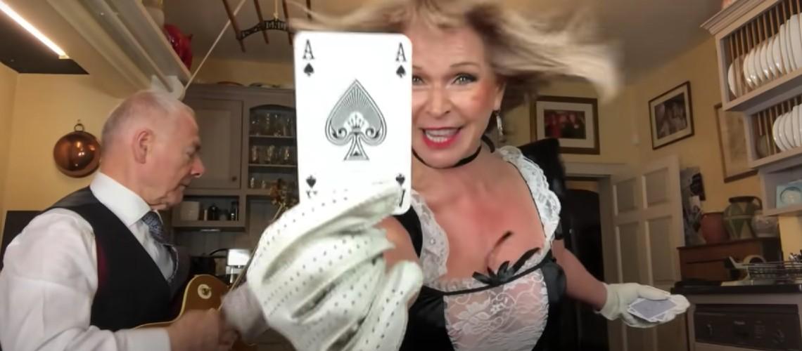 "Robert Fripp & Toyah Willcox Atiram-se a ""Ace Of Spades"""