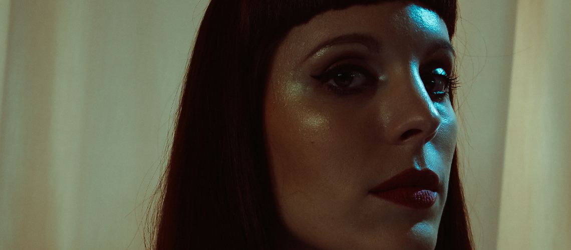 "Ana De Llor, A Exuberância e a Excentricidade do Novo Tema ""Malèna"""
