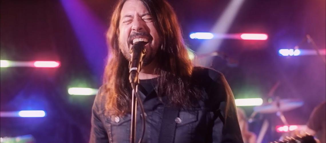 "Dee Gees: Foo Fighters Como Nunca os Ouviste em ""You Should Be Dancing"""