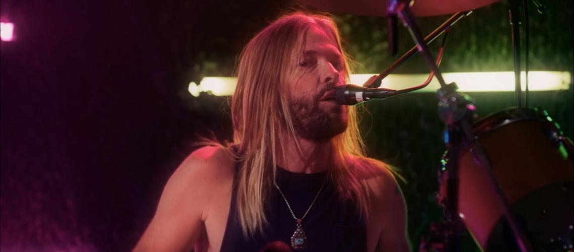 "Foo Fighters Partilham ""Shadow Dancing"" com Taylor Hawkins no Microfone Principal"
