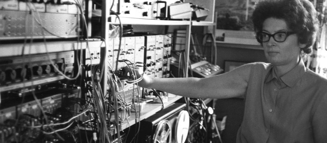 Pioneira da Música Electrónica Britânica, Janet Beat Lança Primeiro Álbum aos 83 Anos