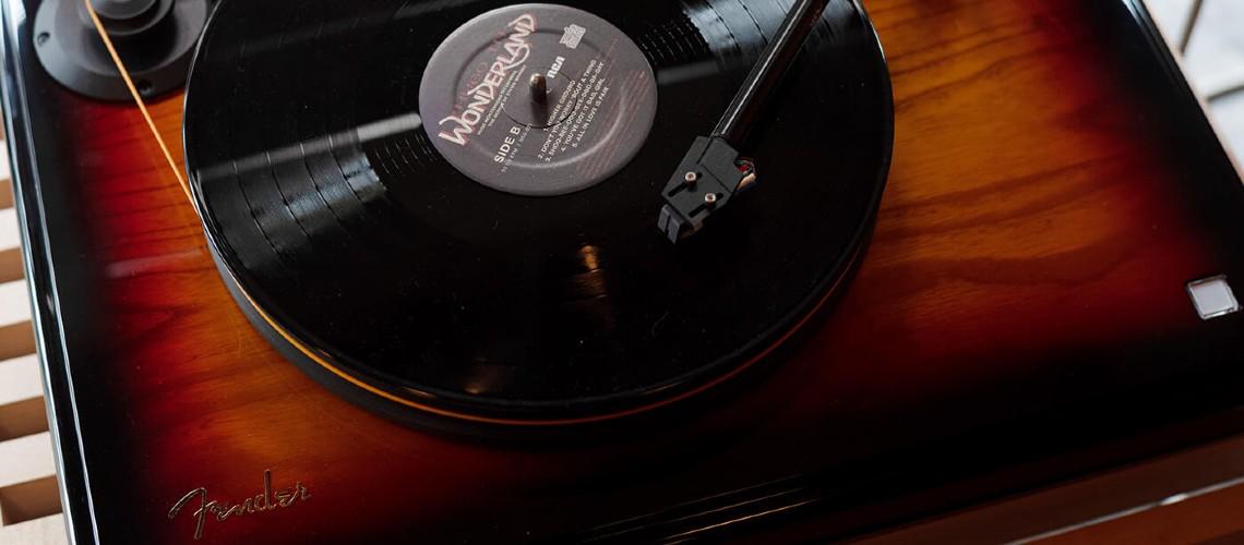 PrecisionDeck, Gira-Discos da Fender Feito com Madeira Igual à dos Baixos Precision
