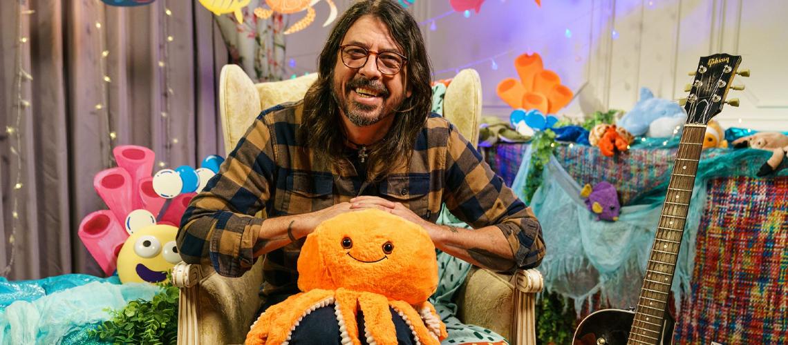 """Dave Grohl Lê """"Octopus's Garden"""", A História Para Crianças de Ringo Starr, no"""" CBeebies"""" [Vídeo]"""